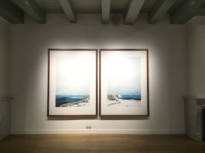 Zaalopname 'Bernd, Hilla en de anderen: fotografie uit Düsseldorf', Axel Hütte, 'Parnassos' (twee delen), 1995, collectie Huis Marseille, foto: Nathalie Maciesza.