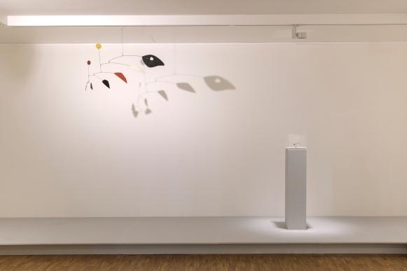 Zaaloverzicht 'A Balancing Act', met werk van Alexander Calder. Foto: Peter Cox, via Kunsthal Kade.