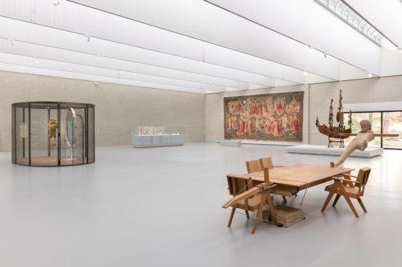 Zaaloverzicht 'Als kunst je lief is', met links: Andreas Gursky, 'Frankfurt', 2007, foto: Marjon Gemmeke, via Het Kröller-Müller Museum, Otterlo.