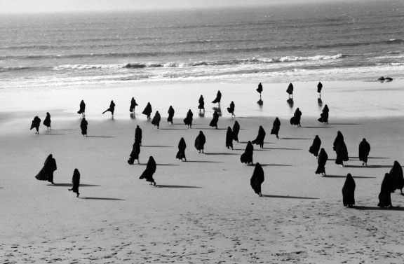 Shirin Neshat, 'Rapture' (film still), 1999 (foto gemaakt door Larry Barns) courtesy de kunstenaar en Gladstone Gallery, New York en Brussel, via: Gemeentemuseum Den Haag.