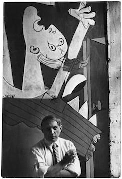 Chim (David Seymour), 'Picasso voor zijn schilderij Guernica', Parijs, 1937, Magnum Photos Courtesy Chim Estate