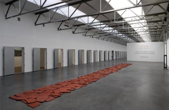 Red Slate Line (1986), Richard Long, De Pont museum, Tilburg_courtesy the artist and Lisson Gallery_photo GJ.vanROOIJ.jpg