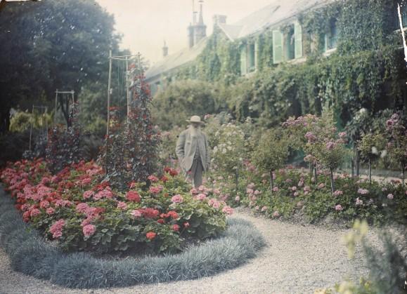 Claude Monet devant sa maison à Giverny