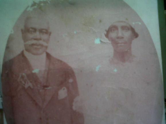 Venster 8. Huwelijksfoto van het echtpaar Dirk Andreas Ralf en Hendrina Heirath, 1894. Privé verzameling.png